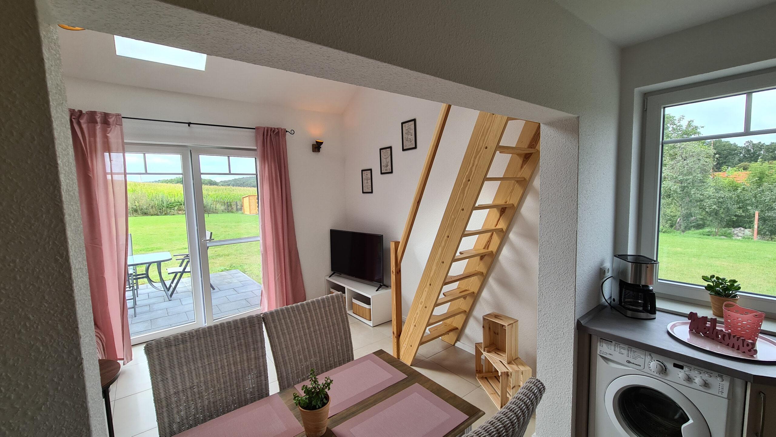 Ferienhaus-am-Fliegerpark blick auf Essbereich und Wohnzimmer in Stölln
